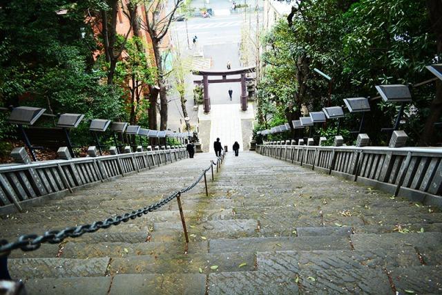 Temple stairs Tokyo, Japan via youmademelikeyou.com